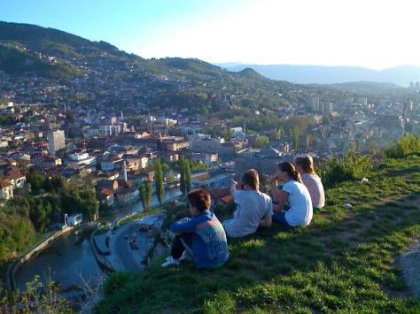 Quatre enfants sur les hauteurs de Sarajevo, avril 2012