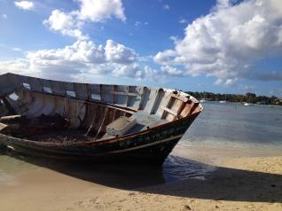 Barque abandonnée, îlet de Gosier